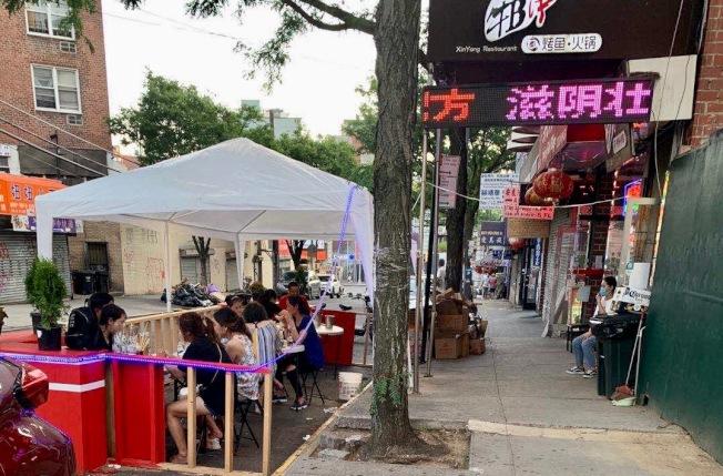 法拉盛業者鼓勵更多符合條件商戶申請戶外用餐,讓街道熱鬧、吸引更多客源。(興德隆提供)