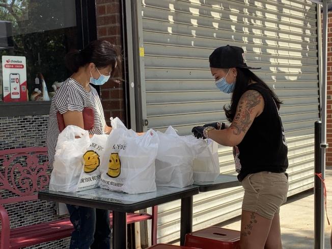 雲吞妹是法拉盛市中心首個獲准人行道用餐的店家。(記者賴蕙榆/攝影)