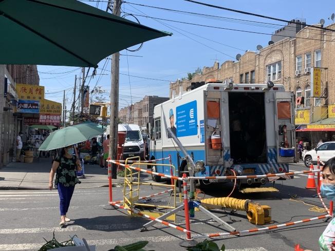 电力公司正在8大道进行供电系统维修。(记者黄伊奕/摄影)