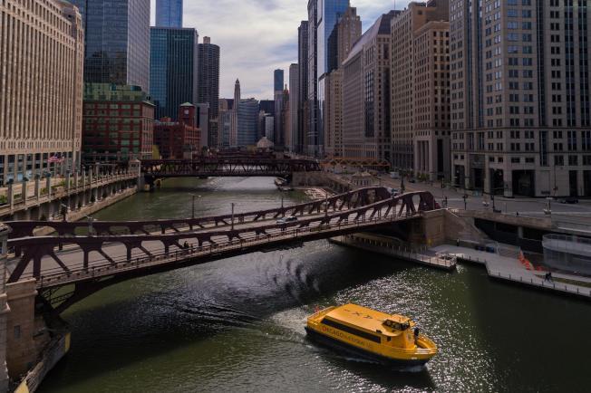由於經營公司考量消毒清潔無法完善決定停駛水上巴士,所以大家今年無緣搭上黃色船隻往返環區了。(芝加哥水上巴士臉書)