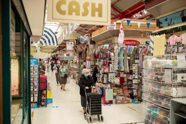 疫情控制不易,曼徹斯特超市人人戴上口罩。(Getty Images)