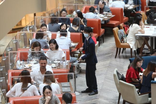 港府決定自7月31日起,餐飲業可恢復日間堂食。(中通社資料圖片)