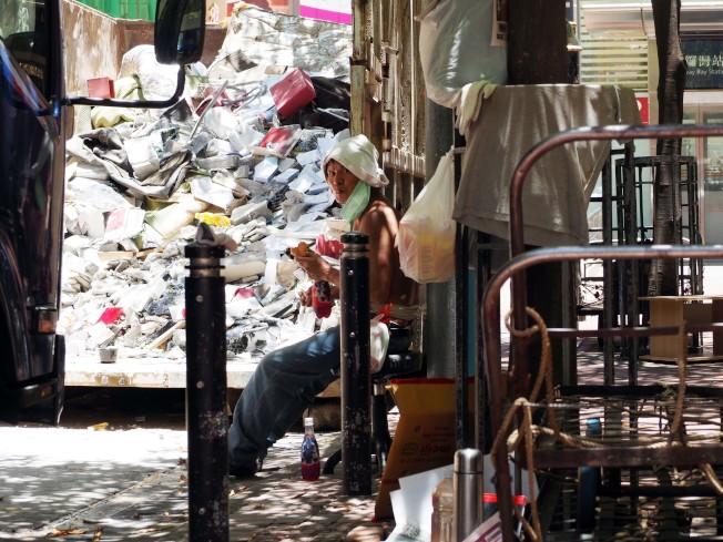 香港實施食肆全日禁堂食期間,許多勞動者被迫在髒亂環境下用餐。  (中通社)