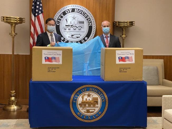羅復文處長(左)與休士頓市長辦公室貿易暨國際事務主任Christopher Olson(右)於防護衣捐贈儀式合影。