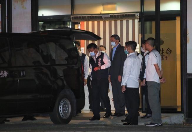 前總統李登輝30日在北榮逝世,遺體從病房移至懷遠堂,辦公室主任王燕軍(右三)一路伴隨。(記者潘俊宏/攝影)