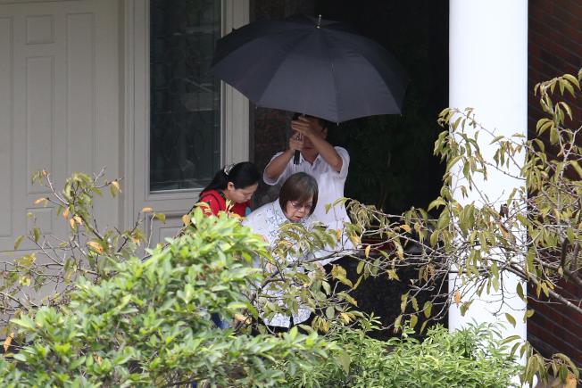 前總統李登輝30日晚辭世。當天上午,夫人李曾文惠(中)步出翠山莊,驅車前往台北榮總探視李登輝。(記者蘇健忠/攝影)