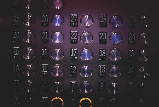 新冠病毒到底附著在我們日常接觸的哪些物體上面?公用電梯的按鈕常讓人緊張。(Pixabay)