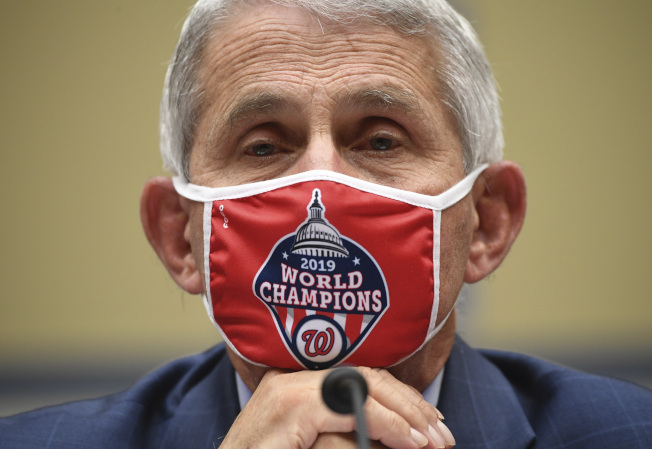 佛奇31日戴著口罩在國會眾院作證。美聯社