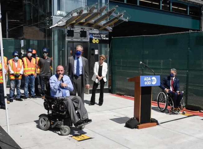 MTA日前為86街地鐵站升降電梯落成舉行剪綵。(MTA提供)