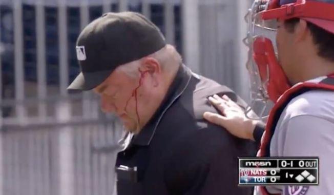 藍鳥與國民隊之戰發生濺血事件,主審魏斯特遭藍鳥比切特(Bo Bichette)脫手而出的球棒直擊頭部,當場血流如注。(截自MASN畫面)