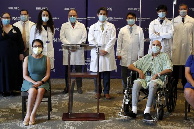 首名在疫情下接受雙肺移植的芝加哥婦女梅拉‧拉米瑞茲,在昏迷六周後漸漸恢復,在醫護人員護送下出院。(美聯社)