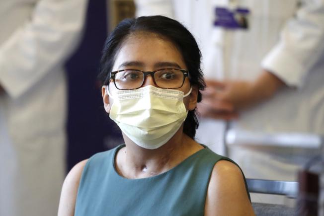 首名在疫情下接受雙肺移植的芝加哥婦女梅拉‧拉米瑞茲,在昏迷六周後出院,感慨「無法認出這竟是自己的身體」。(美聯社)