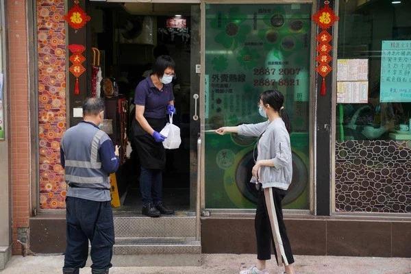 新冠肺炎疫情影響,香港市民點外賣。路透