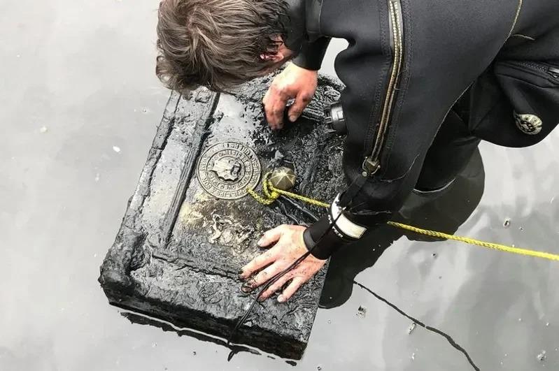 謝恩在河中發現一個35公斤重的保險箱。取材自Daily Star