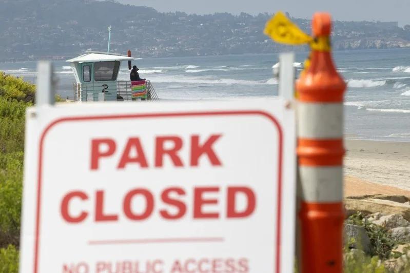 因新冠肺炎疫情,而在國慶日長周末關閉的加州海灘。路透