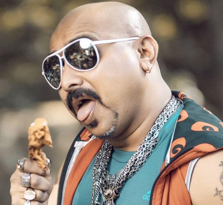 41歲的卡馬特自從開始在TikTok表演啃雞腿分享美食後,生活就開始大不同,每天會有數百萬人看他大嚼心愛的食物。(取自卡馬特IG)