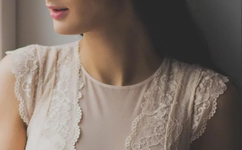 千萬別忽略頸部保養,老化可能會讓它皺巴巴。取材自 pexels