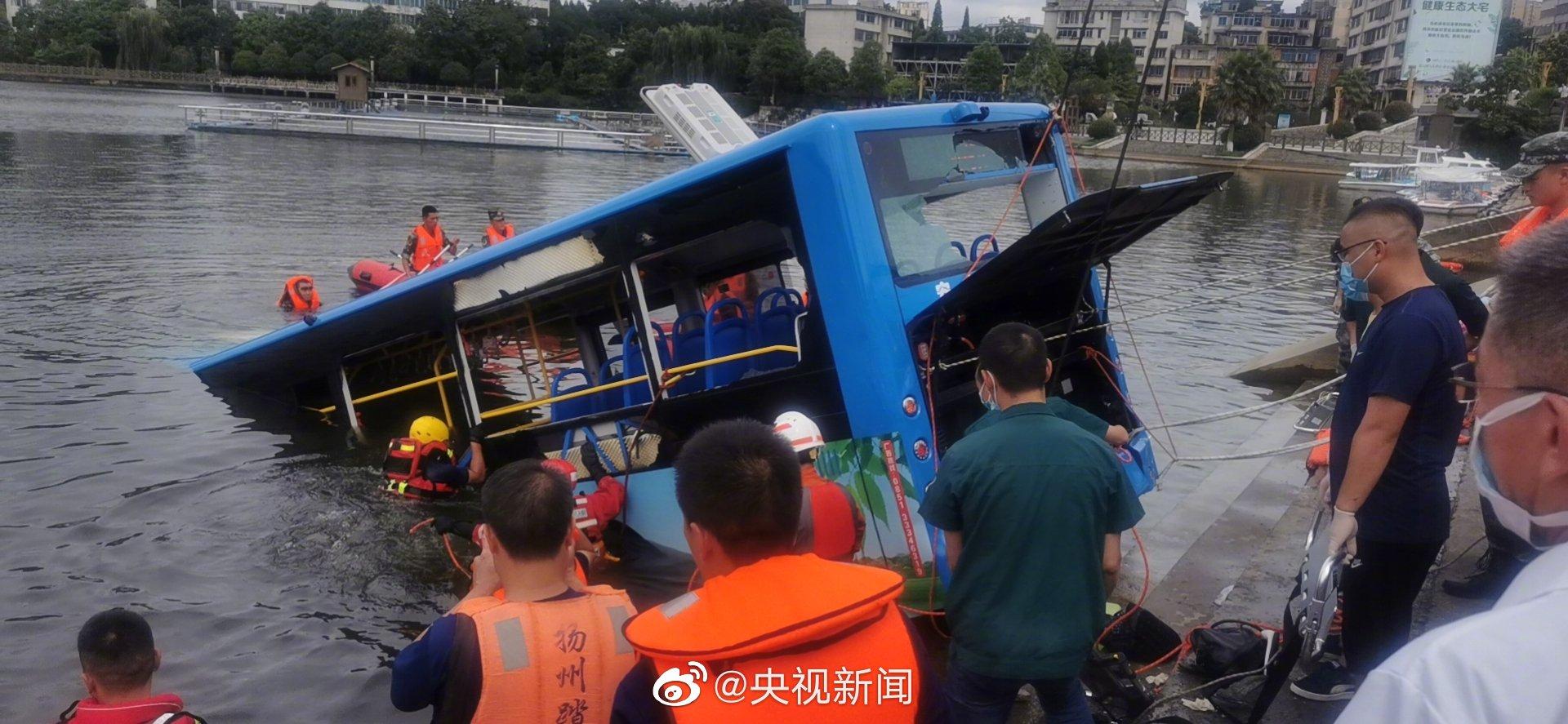 落水的公交車已被吊上岸。(取材自微博)