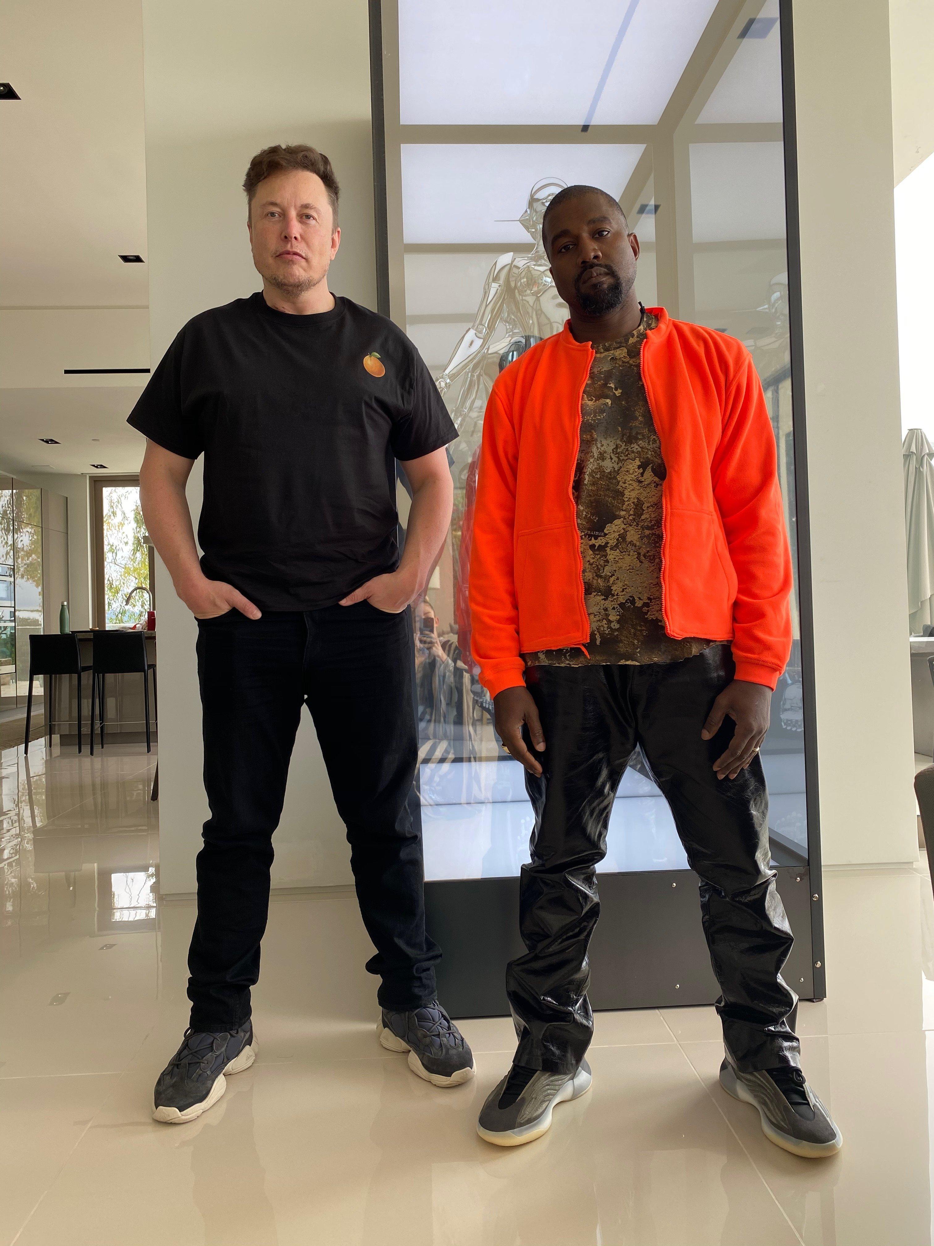 肯伊威斯特(右)1日在推特貼出和特斯拉創辦人馬斯克的合照。(取材自推特)