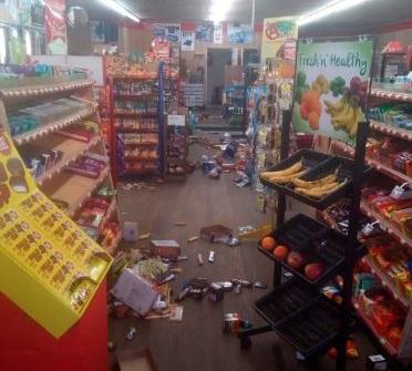 北卡羅來納州今天發生逾百年來最強地震,圖為當地超市物品都被震落地面。取自推特/Michael Hull
