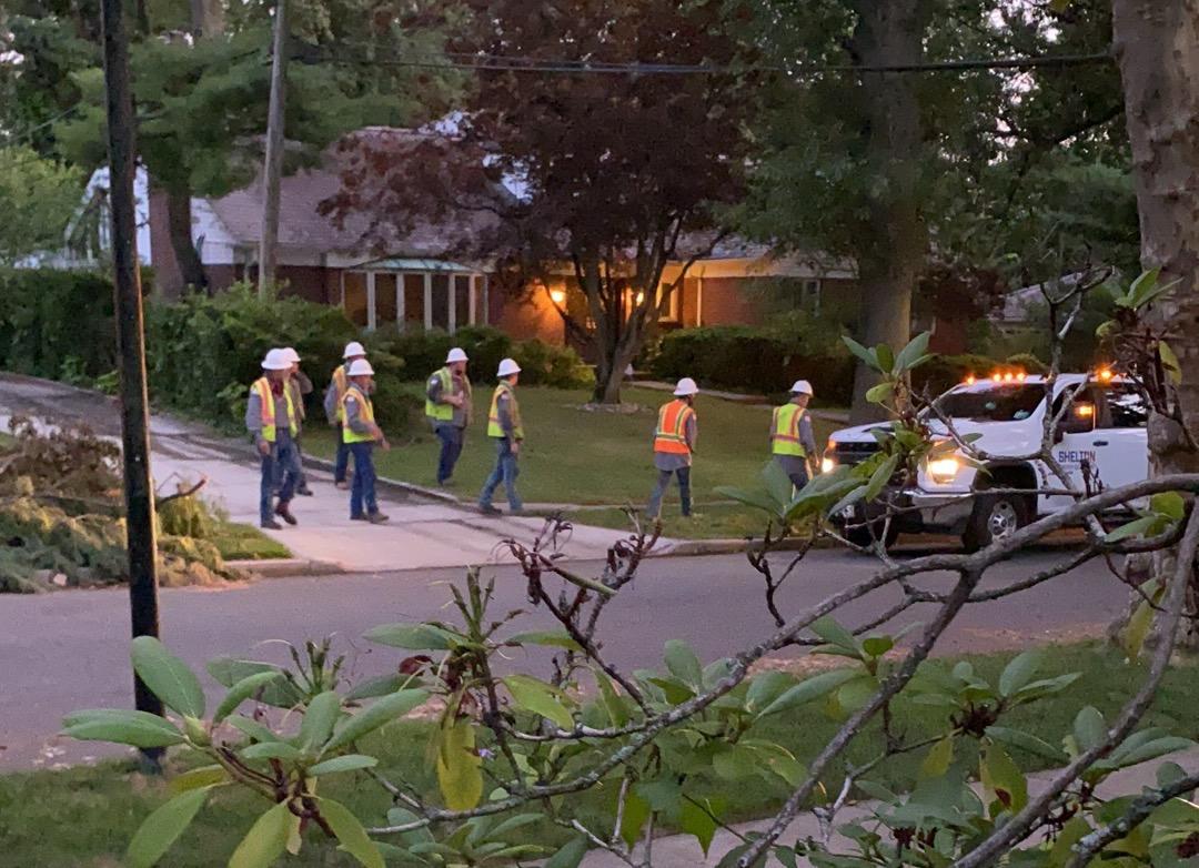 風暴過後一個星期,電力公司的維修車輛終於來了,工人在查詢斷電地點。(讀者提供)
