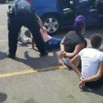 被誤認開贓車 全車婦孺遭警持槍喝令趴地待查