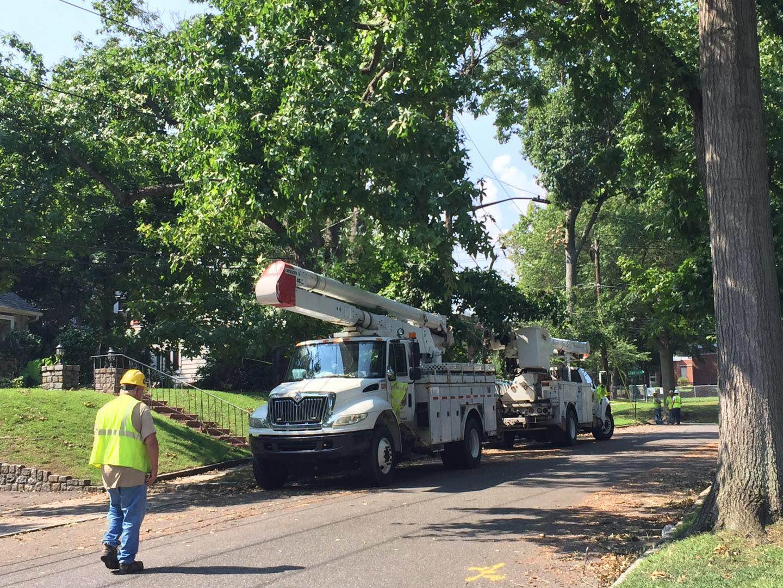 電力公司的維修車輛終於來了,距離風暴肆虐已過一周。(讀者提供)