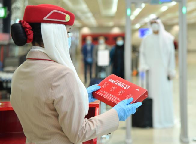 阿聯航空也於機上提供旅行衛生包。(取材自推特)