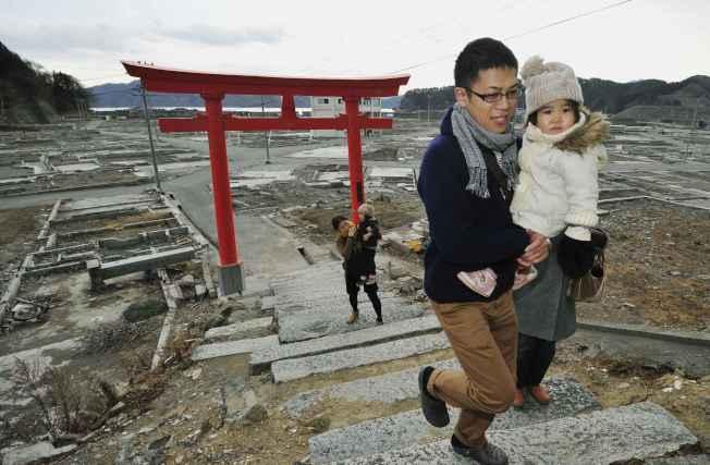 圖為日本岩手縣民眾沿著石階登上大槌町一座神社。(路透)