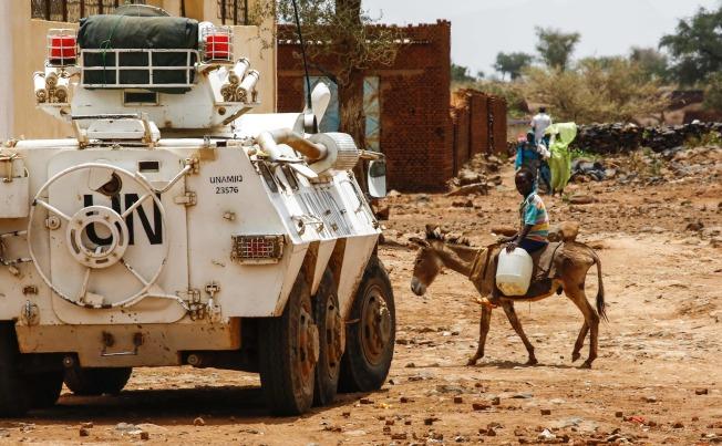 在聯合國介入下,達佛戰爭在2010年代後期休止。圖為達佛平民與聯合國維和部隊。(Getty Images)