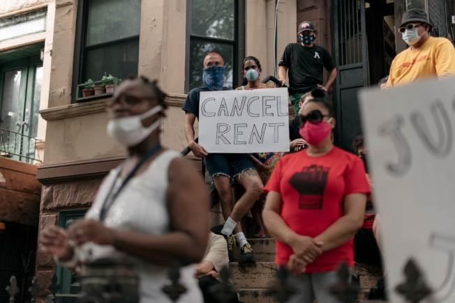 聯邦失業福利金和驅趕禁令到期,許多租客面對8月租金發愁;租客維權團體7月31日在紐約市布魯克林的皇冠高地舉行示威,要求聯邦和州府出手相助。(Getty Images)