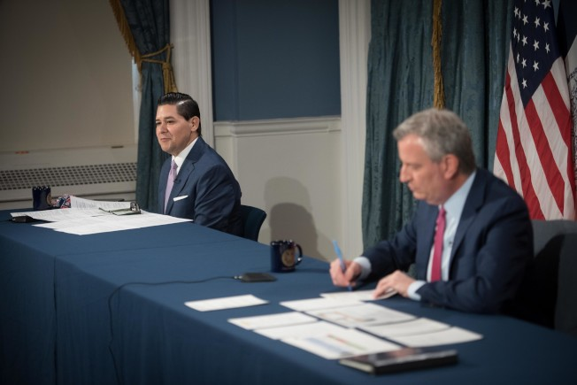 全市感染率低於3%就復課,白思豪(右)、卡蘭扎(左)共同宣布秋季返校計畫。(市長辦公室提供)