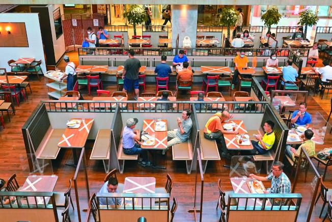 香港餐廳7月31日恢復堂食,每桌最多兩人。圖為金鐘一間中餐廳場景。(中新社)