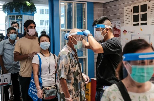 香港多宗新冠肺炎確診個案與慈雲山街市有關,該街市特地加強噴霧消毒、戴面罩等防疫。(中新社)