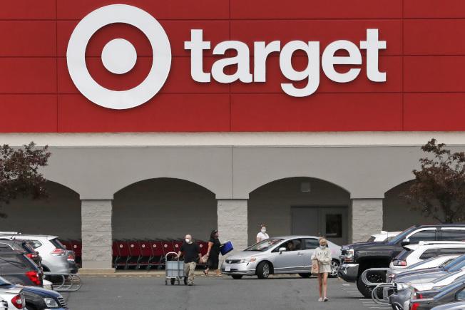 亚利桑纳州一家公关公司创办人兼执行长梅莉莎‧拉夫利(Melissa Rein Lively)7月初在目标百货(Target)连锁分店捣毁整个货架的待售口罩,全程自拍且上传社群网站,引起网友挞伐。(美联社)