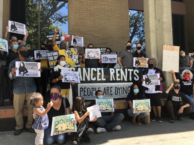 數十租客31日聚集在屋崙Lapham物業管理公司門口,要求拿到聯邦薪資保護貸款計畫的租賃公司,免去租客房租。(記者劉先進 /攝影)