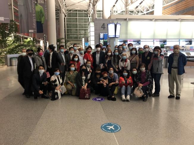 30日晚上有許多台灣僑民到舊金山國際機場歡送舊金山台北經濟文化辦事處前處長馬鍾麟。(僑民提供)
