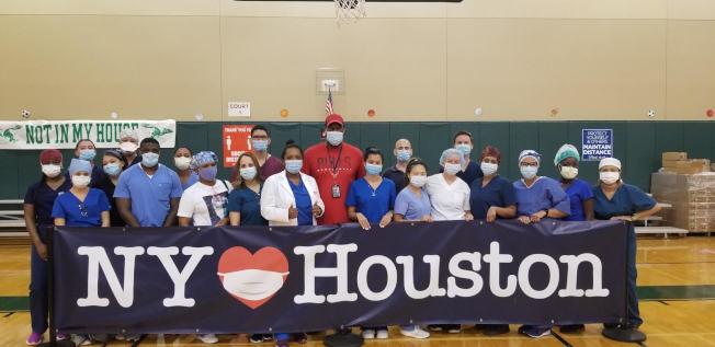 紐約護士陳惠兒(前排右五)日前支援德州疫情最嚴重的休士頓,為當地居民提供檢測。(陳惠兒提供)