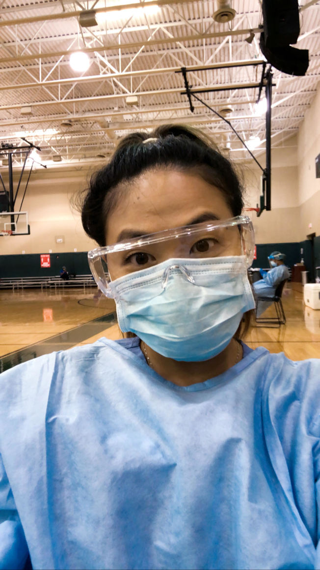 纽约护士陈惠儿日前支援德州疫情最严重的休士顿,为当地居民提供检测。(陈恵惠提供)