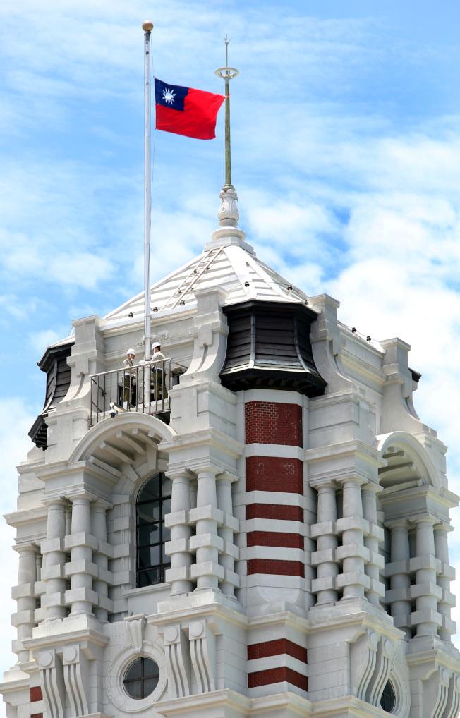 前總統李登輝辭世,總統府等全國公務機關7月31日起降半旗三日,以表悼念。(記者侯永全/攝影)