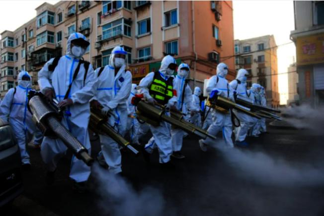 烏魯木齊社區展開消毒。(取材自環球網)