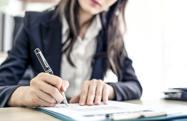 多數員工迫於形勢簽了「新冠肺炎免責書」。(unsplash)