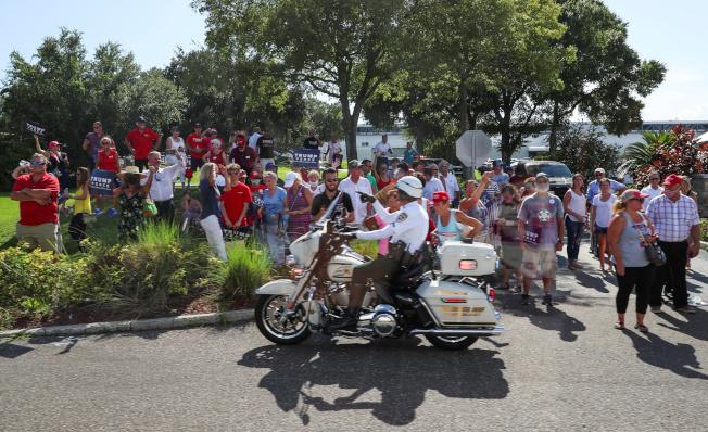 新冠疫情在佛羅里達州繼續肆虐,單日死亡253人,連續第四天創新高;圖為一批民眾於7月31日在坦帕聚集歡迎來訪的川普總統。(路透)