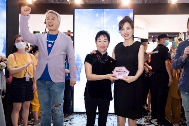 美容化妝品業商會書記、中國國際美博會創始人瑪雅頒發「消費最佳女性傑出企業」獎給張庭(右)。 (圖:TST提供)