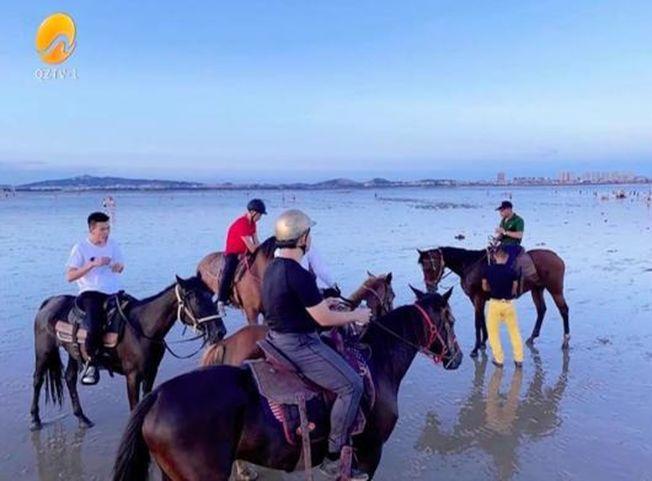 男子骑马下水救人。(取材自北京日报)