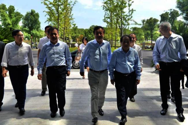 华为创始人、CEO任正非带队,包括华为战略研究院院长徐文伟和2012实验室总裁何庭波随行,到访了上海交通大学、复旦大学、东南大学和南京大学。 连三天露面,传递信号:挖人才。 取材自证券时报