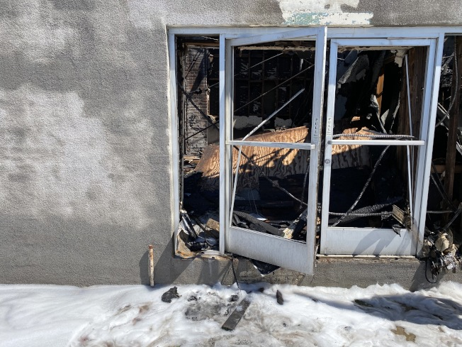 大火將車行大樓內部裝潢燒毀。(記者謝雨珊/攝影)