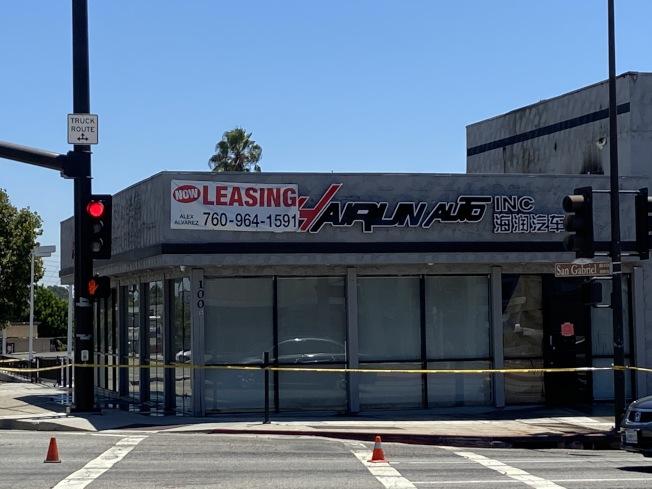 位於Las Tunas Drive及San Gabriel Blvd交叉口的一家二手車行店「海潤汽車」上午發生火災。(記者謝雨珊/攝影)