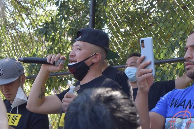 余雷蒙在班森贺塞斯露公园组织反亚裔暴力示威。 (记者颜洁恩/摄影)