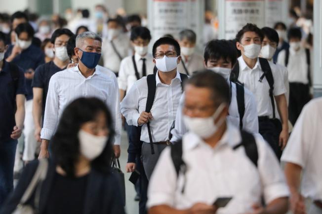 日本學者研究指,東亞的新冠疫情沒有歐美這麼嚴重,可能與基因有關。圖為日本東京街頭,幾乎所有人都戴著口罩。(新華社)